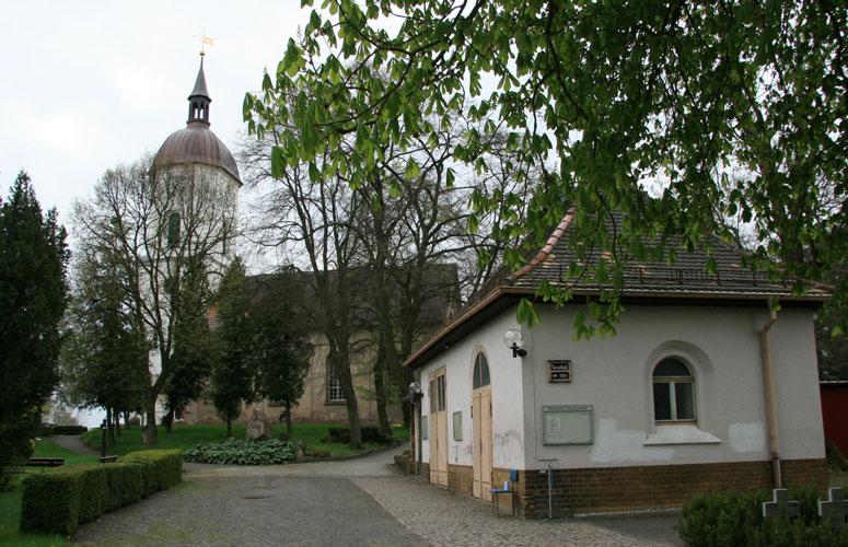 Trauerhalle-weltlichn-aussen-und-Kirche_2