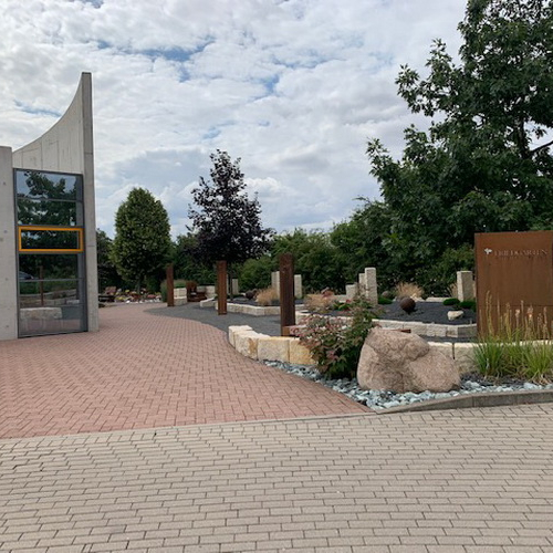 Parkplatzblick zum Friedgarten Juli 2019