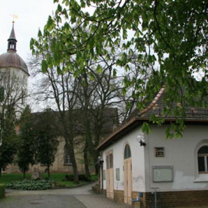 Trauerhalle-weltlichn-aussen-und-Kirche_1